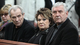 Jiřina Bohdalová na pohřbu Bronislava Poloczka.