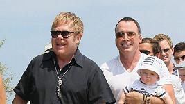 Elton s Davidem se vzorně starají o malého Zacharyho.