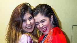 Celeste Buckingham a její sestra Carmel (vlevo)