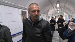 Pro někoho možná nezvyklý pohled - Tomáš Řepka v metru.