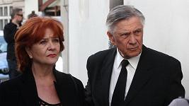 Petr Kostka chce podepsat revers, u jeho lůžka si s ním opakuje roli manželka Carmen.