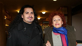 Vladko si s maminkou vyšel do kina.