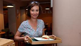 Čtyřnásobná maminka Lenka Vlasáková neztrácí čas líčením.