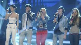 """Finalisté zpívají píseň """"Při tobě stát""""."""
