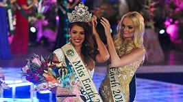 Češka Tereza Fajksová předala korunku nové Miss Earth Alyz Henrich.