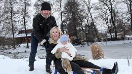 Pepa a Jovanka Vojtkovi vyvezli syna Adámka na sáňkách.