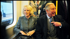 Princ Charles s manželkou Camillou v londýnském metru.