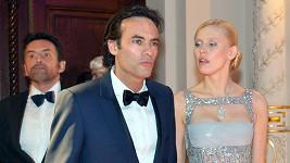 Hlavní hvězda plesu byl francouzský herec Anthony Delon s přítelkyní Annou Sherbininou.