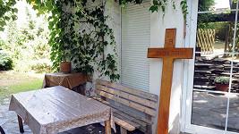 Josef Rychtář nechal na připomínku Ivetina skonu vyrobit prostý dřevěný kříž.