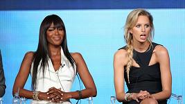 Naomi Campbell a Karolína Kurková spolu pracují na pořadu The Face.