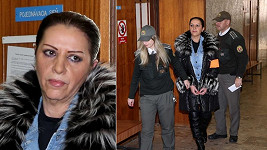 Nora Mojsejová u soudu. Nevypadala, že by ve vazbě moc strádala.