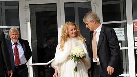 Starosta Uhříněvsi Milan Coller s novomanželi. Oddával Ivetu exmilenec?