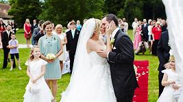 První polibek manželů