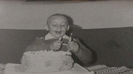 Známý zpěvák se pochlubil snímky z dětství.