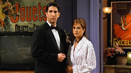 Jennifer Aniston a David Schwimmer jako Rachel a Ross
