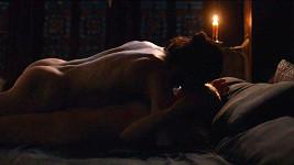Fanynky Jona Sněha, jehož postavu třicetiletý Kit hraje, si mohou do detailu vychutnat detailní pohled třeba na jeho zadek.
