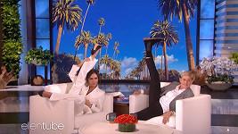 Victoria Beckham neváhala v pořadu Ellen DeGeneres zvednout nohu skoro za hlavu.