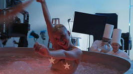 Katy se při natáčení klipu docela rozpustile bavila.