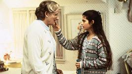 Lisa Jakub a Robin Williams ve filmu Táta v sukni