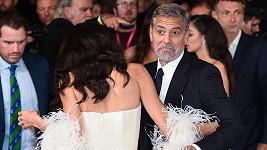 Amal Clooney měla šaty moc dlouhé.