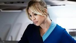 Kaley Cuoco jako letuška ve stejnojmenné seriálu