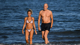 Charlese Dance doprovodila na pláž mladší dáma.