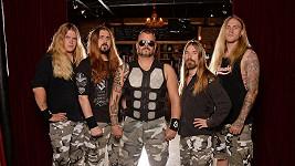 Zpěvák kapely Sabaton Joakim Brodén (uprostřed) je největším překvapením Českého slavíka.