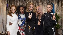 Adele (uprostřed) zapózovala se Spice Girls.