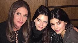 Caitlyn Jenner s dcerami Kendall (uprostřed) a Kylie