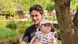 Herec nosil dcerku neustále v náručí.