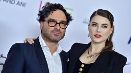 Johnny Galecki s partnerkou Alainou Meyer