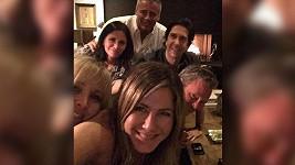 Fotka přátel, seriálových i těch skutečných, položila Instagram.
