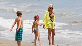 Tori Spelling strávila s rodinou příjemné odpoledne na pláži.