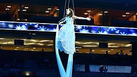 Kamila zpívala zavěšená na laně jako akrobatka.