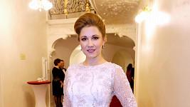 Operní pěvkyně Kateřina Kněžíková pro tuto slavnostní událost zvolila ručně zdobené pudrové šaty z ateliéru Poner. Model zdobený ručně vyšívanými kamíniky doplnila manželka Adama Plachetky perlovými šperky Halada.