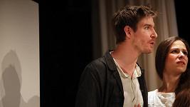 Herec je hrdý na to, že hraje na prknech Dejvického divadla.
