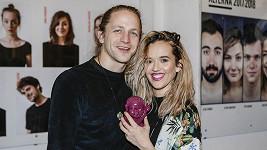 Tomáš Klus s manželkou Tamarou, která se nešikovně poranila.
