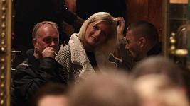 Tomáš Řepka v družném hovoru s blonďatou dámou