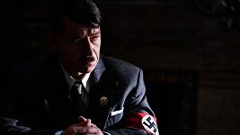 Pavel Kříž v Lídě Baarové představuje Adolfa Hitlera. Vypadá fakt děsivě.
