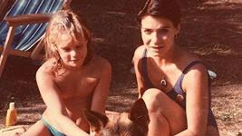 Anna K (vpravo) a její sestra