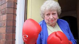 Joan Parmenterová (79) přeprala výtržníky.