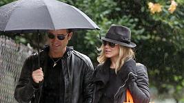 Jennifer mokla, její partner byl v suchu díky deštníku.