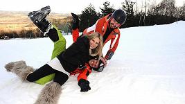 Modelka řádila na sněhu se dvěma muži.