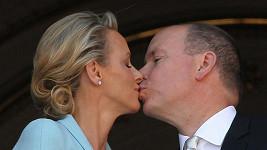 Albert II. a jeho manželka Charlene se před jásajícími Monačany dlouze políbili.