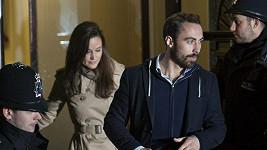 Pippa a James opouštějí nemocnici Krále Edwarda VII. v Londýně.