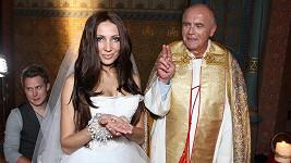Farář mohl na nevěstě Olze Lounové oči nechat.