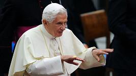 Papež Benedikt XVI. čelí kuriozní žalobě.