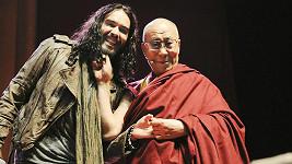 Dalajláma vytahal Russella Branda kvůli jeho řečem za vousy.