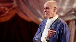 John Malkovich během závěrečných ovací nadšeného publika