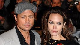 Angelina Jolie a Brad Pitt budou v neděli v Londýně.